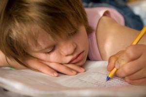 A girl writing / fille écrivant